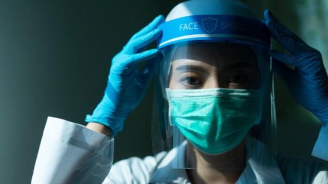 Un médico usa mascarilla y cubrebocas contra coronavirus. Getty Images