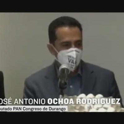 Diputado del PAN entrega huevos a legisladores de Morena por no cumplir acuerdo
