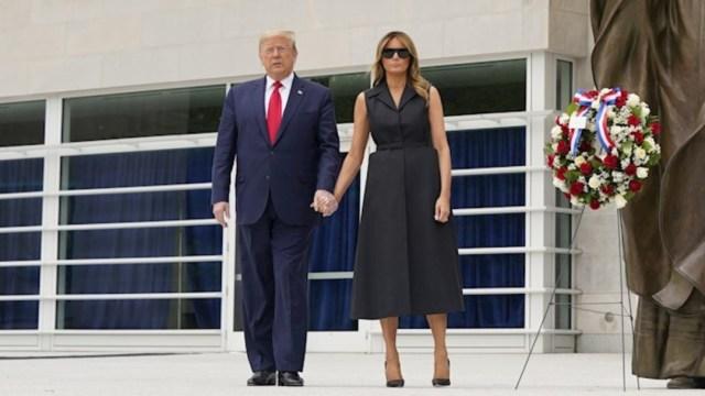 Donald-trump-melania-trump-vestido-negro-traje-azul-monumento-juan-pablo-ll