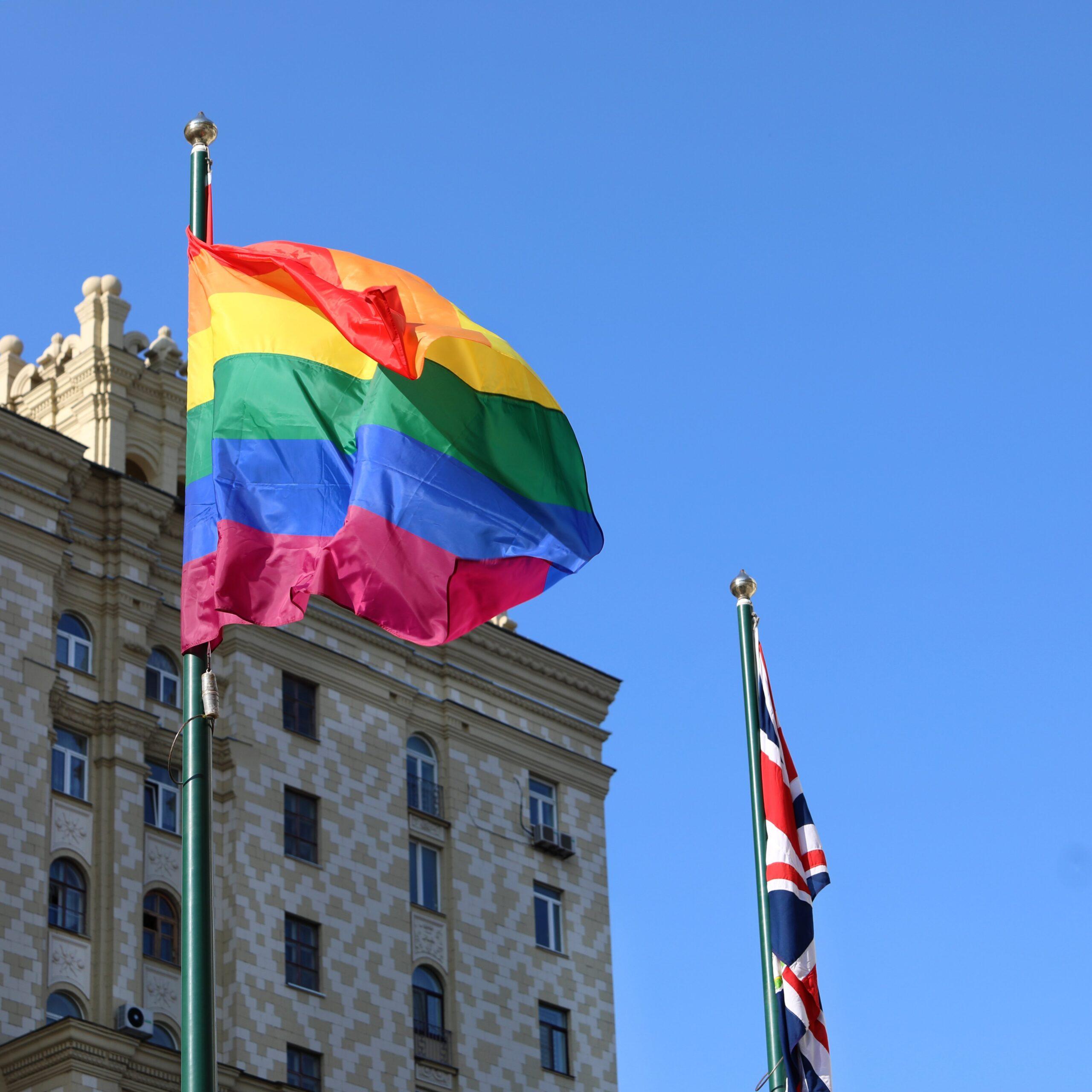 Embajada británica en Moscú iza la bandera arcoíris para conmemorar el Orgullo LGTB