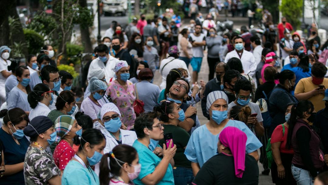 Personal médico, pacientes y familiares del Hospital Obregón, en la colonia Roma. (Foto: Cuartoscuro)