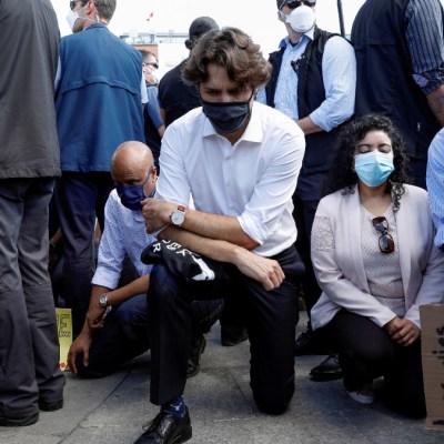 Justin Trudeau se arrodilla durante protesta contra racismo