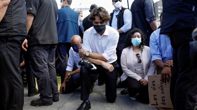 Trudeau se arrodilla durante protesta contra racismo