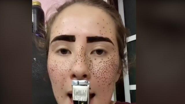 Kimberly Pinto trató de maquillarse, por reto viral, con henna