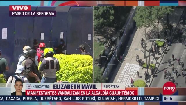 FOTO: manifestantes intentan derribar vallas metalicas en embajada de eeuu