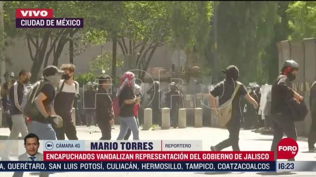 FOTO: manifestantes lanzan piedras contra policias en casa de gobierno de jalisco