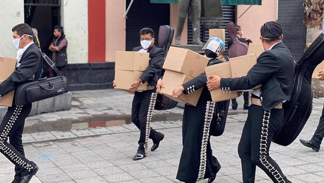 FOTO: Ciudadanos entregan despensas a mariachis de Garibaldi afectados por el Covid-19, el 21 de junio de 2020