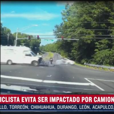Motociclista se salva de ser arrollado por camioneta de carga tras choque