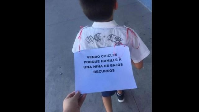 niño con letrero de venta de chicles por burlarse de una niña de escasos recursos