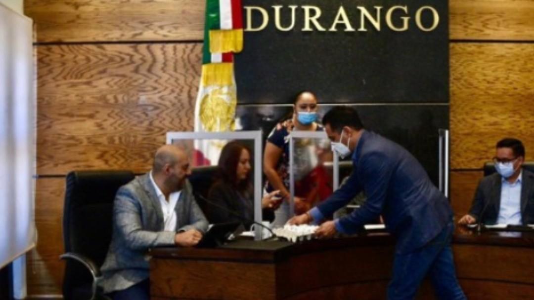 El diputado panista, José Antonio Ochoa Rodríguez, entregó un cartón de huevos a la diputada morenista, Sandra Amaya Rosales. Twitter/@LuzMariaOronaA