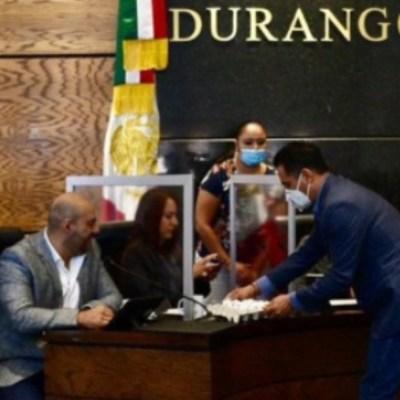Panista entrega cartón de huevos a diputados de Morena