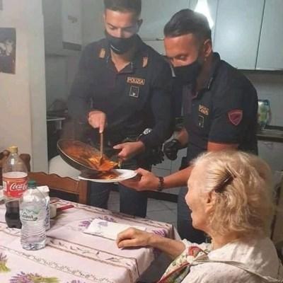 Abuelita llama a la policía porque tenía hambre; dos agentes llegan y le preparan la cena