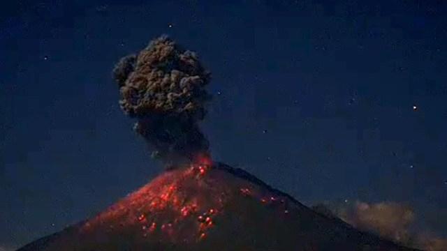 Popocatépetl registra fuerte explosión con expulsión de material incandescente