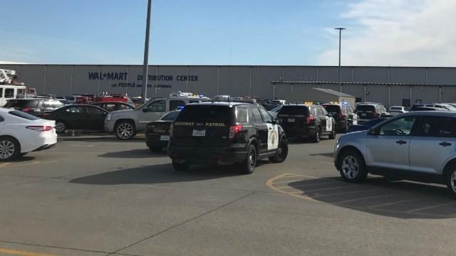 Reportan dos muertos tras tiroteo en centro de distribución de Walmart en California