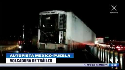 trailer choca con el techo de la estacion del metrobus la joya en cdmx