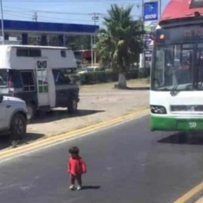 Video: Niña estuvo a punto de ser atropellada por el Mexibús