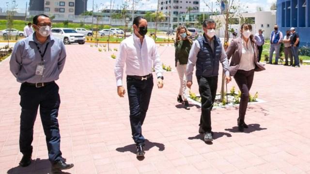 personas-cubrebocas-caminando-plaza-hospital