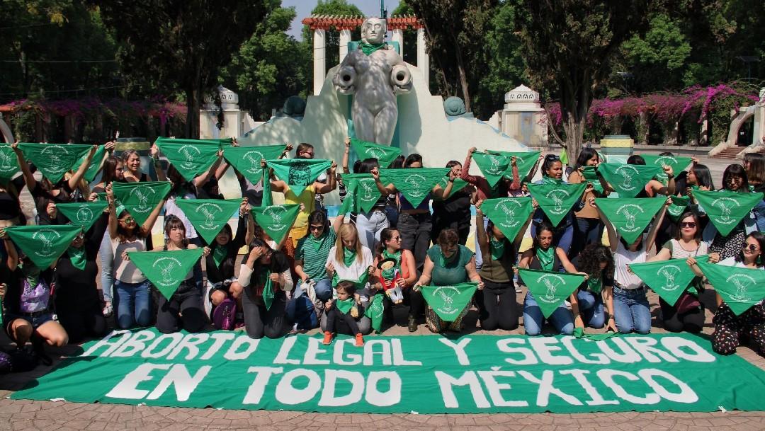 """Decenas de mujeres y niñas se reúnen en el Parque México de CDMX para realizar """"pañuelazo"""" como parte del día de Aborto Seguro en América Latina"""
