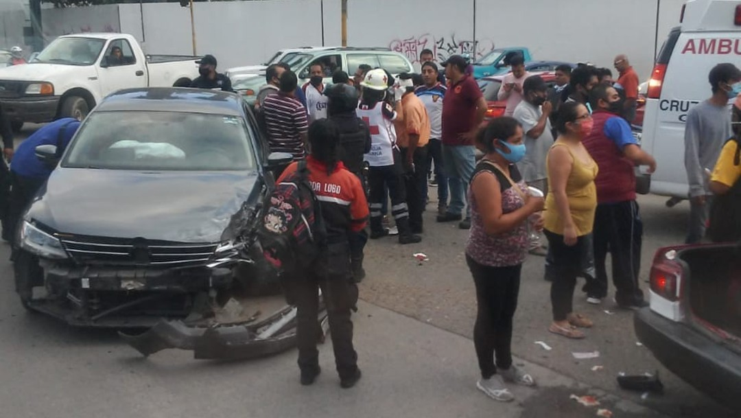Accidente vehicular provoca riña entre taxistas y policías en Oaxaca