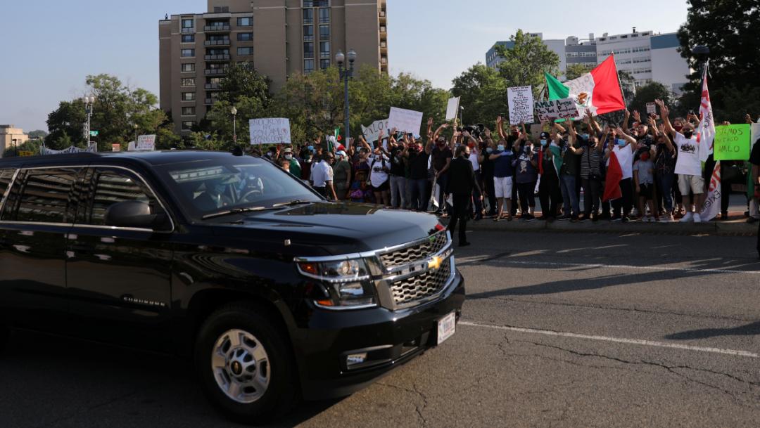 El presidente López Obrador llega abordo de una camioneta color negro.