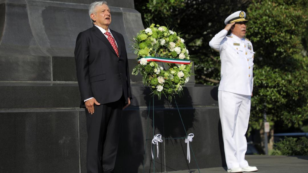 AMLO depositó una ofrenda floral en el monumento a Benito Juárez en Washington