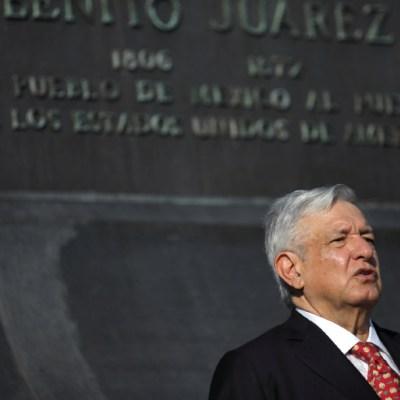 AMLO visita el monumento a Benito Juárez en Washington. (Reuters)