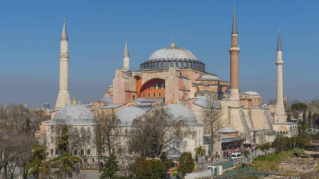 La Basílica de Santa Sofía fue un templo católico hasta 1453, cuando cayó a mano del Imperio Otomano; posteriormente, fue convertida en mezquita para el culto al Islam hasta que en 1934 fue declarada museo