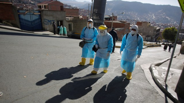 Por COVID-19, bolivianos esperan varios días para poder enterrar a sus muertos