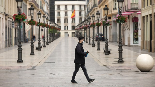 España reconfina a 200,000 personas por COVID-19