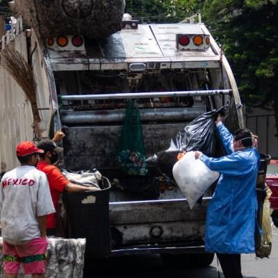 Camión de basura conducido a exceso de velocidad choca contra árbol en la CDMX