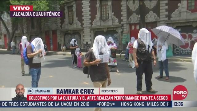 colectivos culturales realizan performance frente al edificio de segob