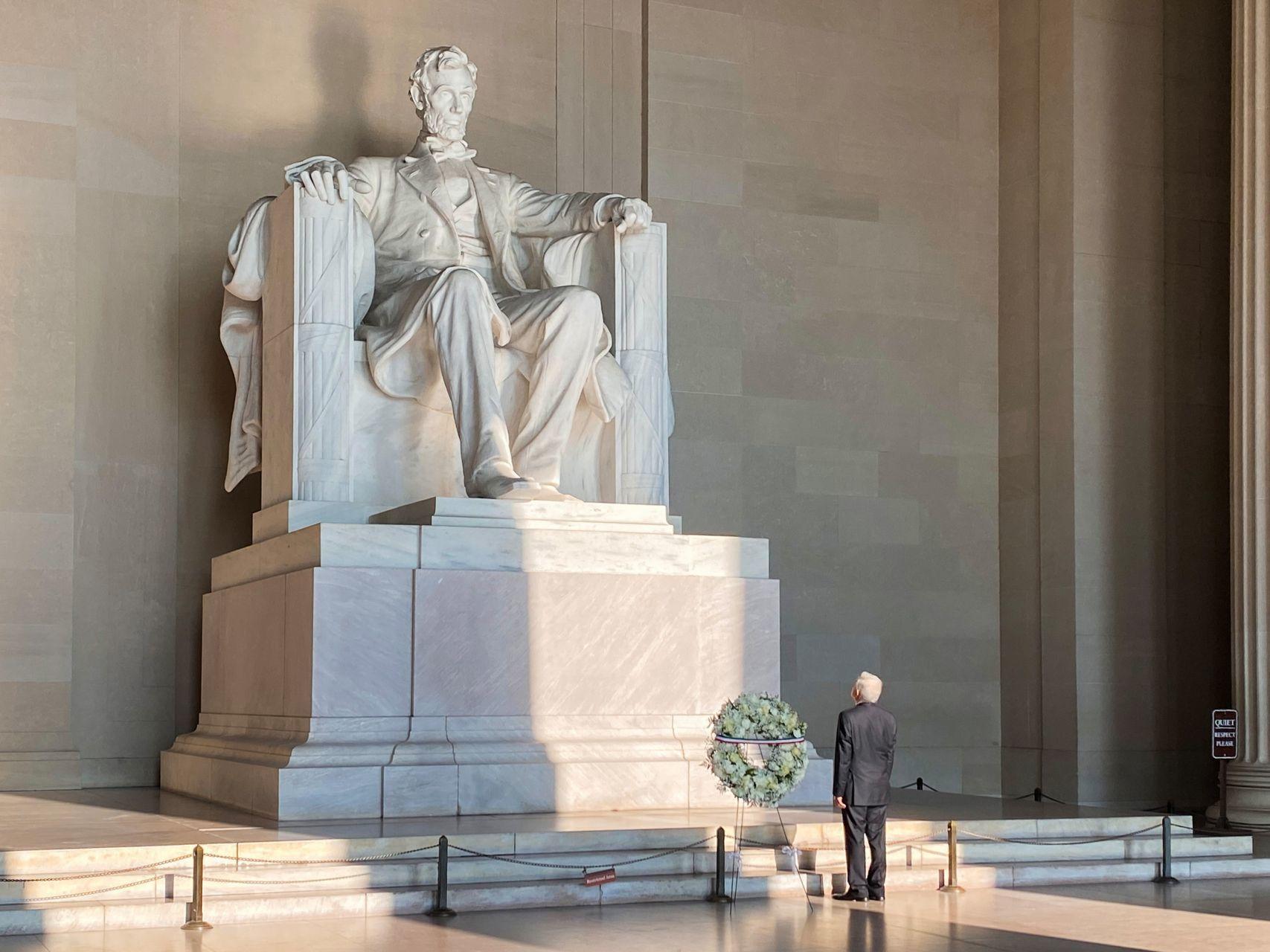 El presidente de México, Andrés Manuel López Obrador, en el monumento a Lincoln