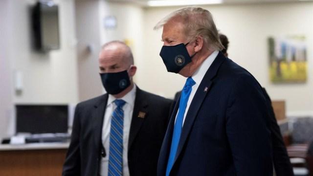 Donald Trump usa por primera vez cubrebocas en público en visita a hospital