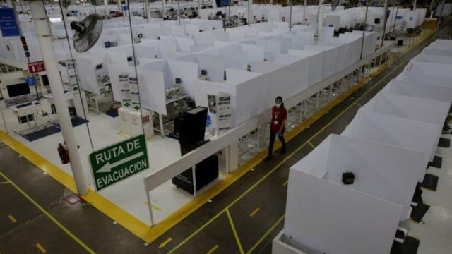 Empleado camina en fábrica de autopartes en Ciudad Juárez, Chihuahua