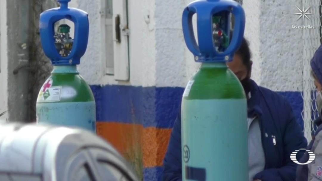 Familiares de pacientes con coronavirus peregrinan para conseguir tanques de oxígeno