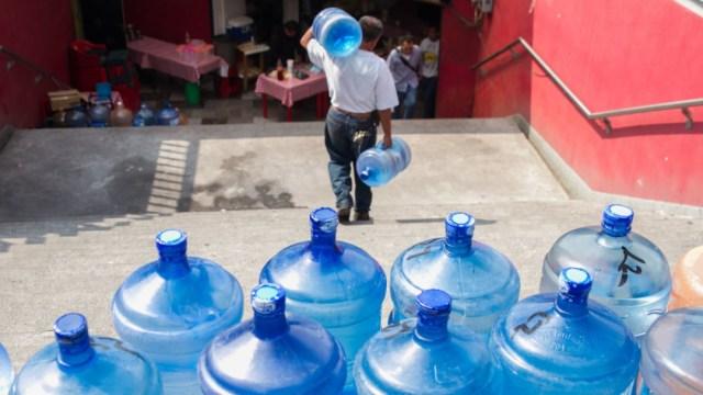 Garrafones en la ciudad de méxico a las afueras del metro chapultepec