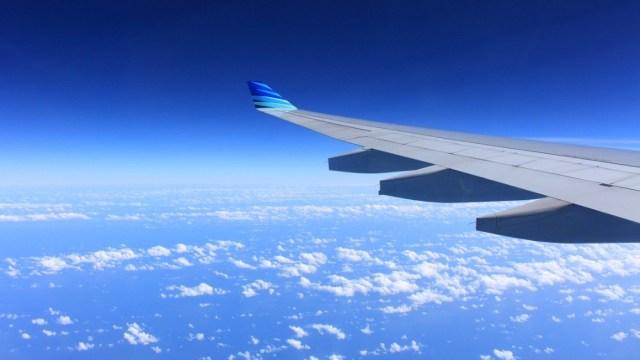 ala de un avion en vuelo