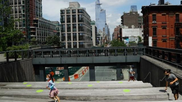 Gente con cubrebocas en calles de Nueva York