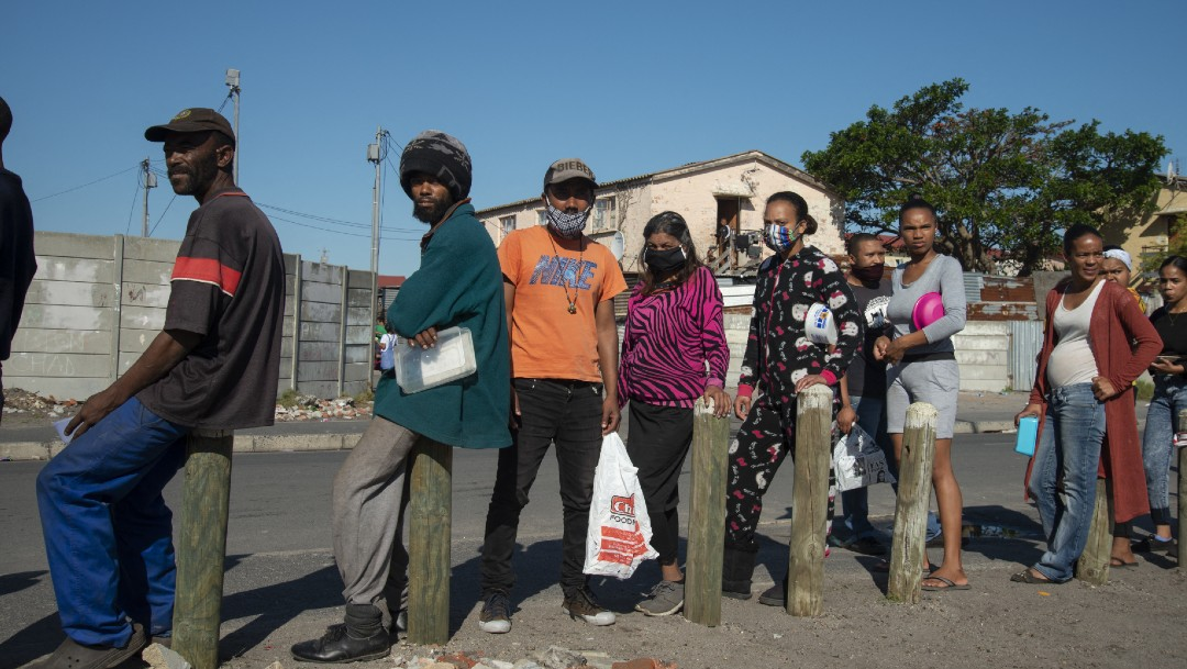 Gente formada en fila en África