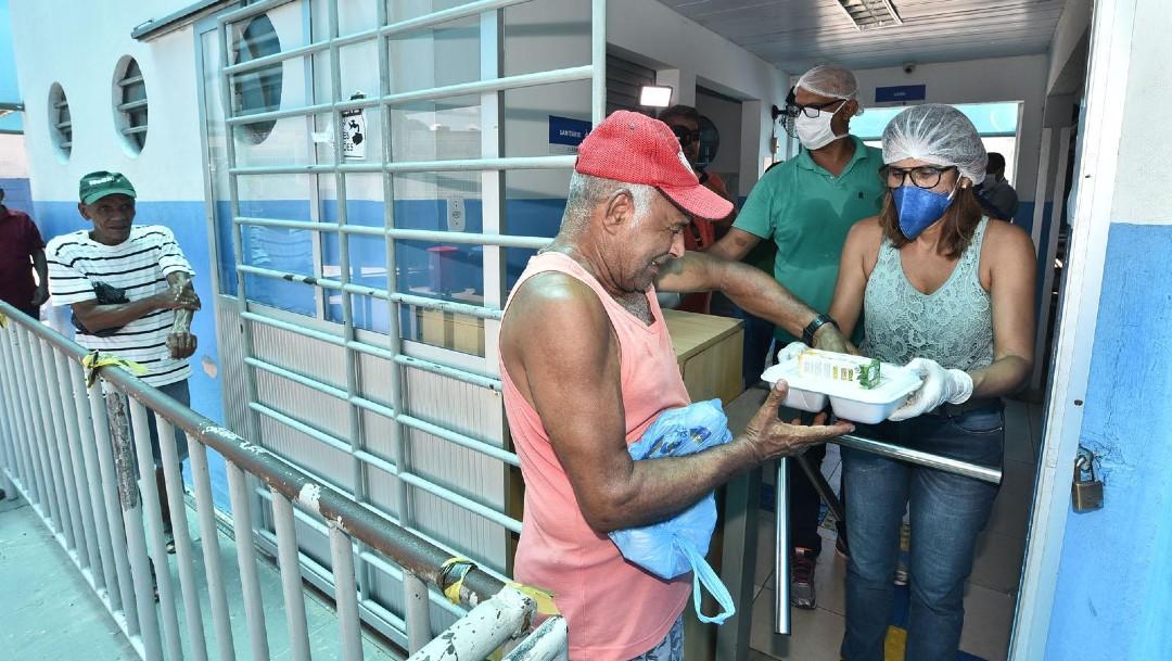 Gente recibiendo comida en Brasil