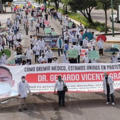 Médicos de Chiapas exigen liberar al doctorGerardo Grajales Yuca,tras muerte de paciente con COVID-19