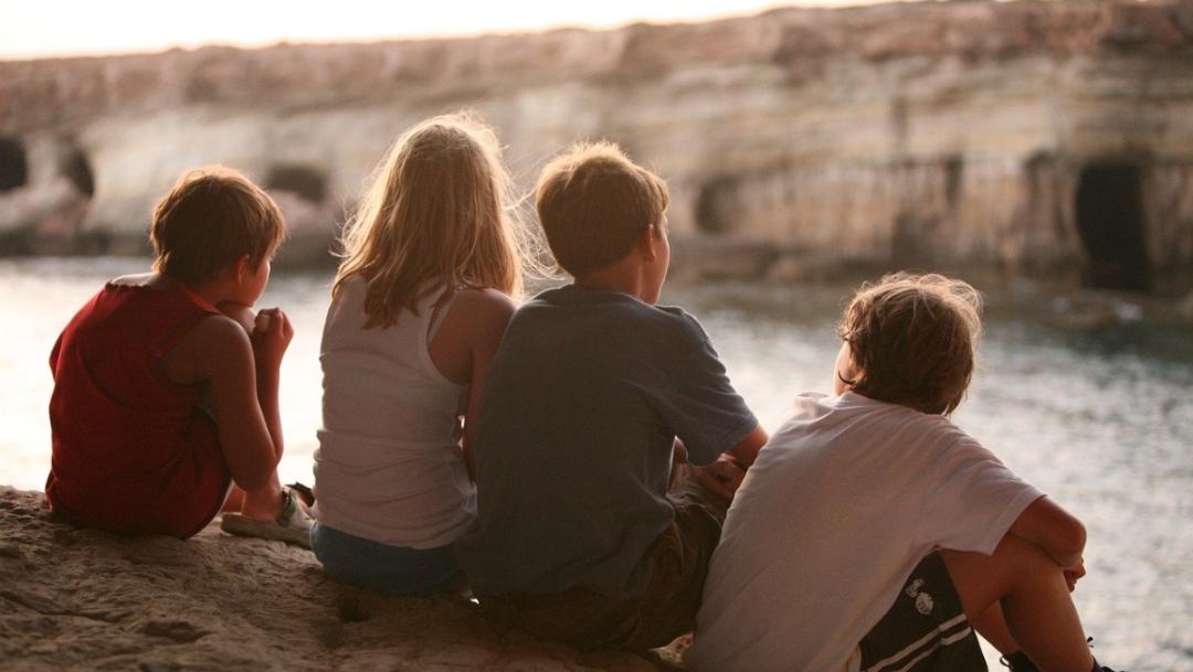 Niños mirando un rio