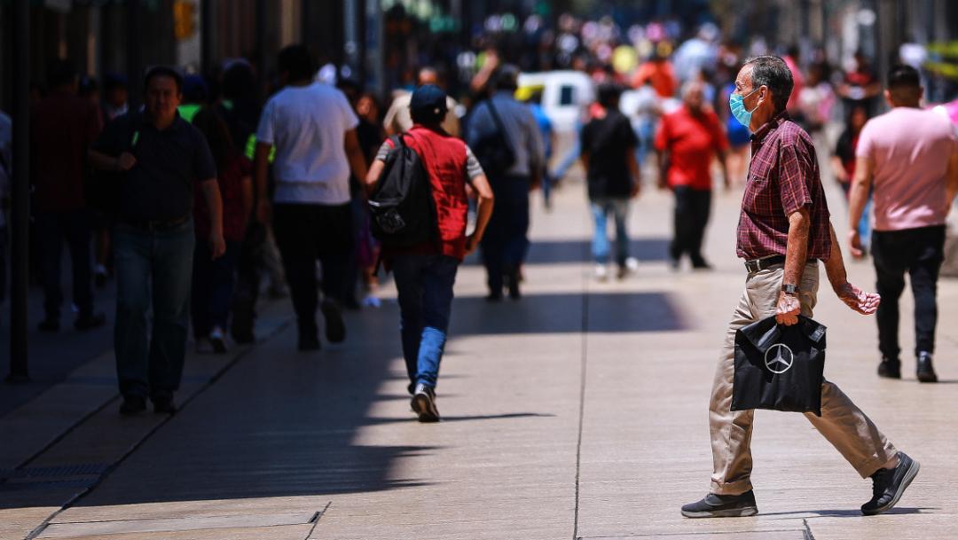 Hombre con cubrebocas caminando en el Centro Histórico de la Ciudad de México; Latinoamérica y Caribe desplazan a EEUU como epicentro de coronavirus: OPS