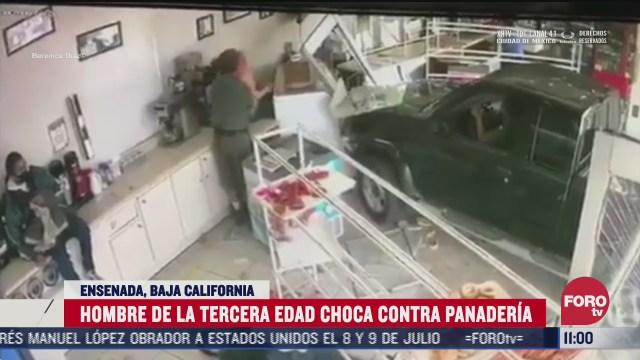 hombre de la tercera edad choca contra panaderia