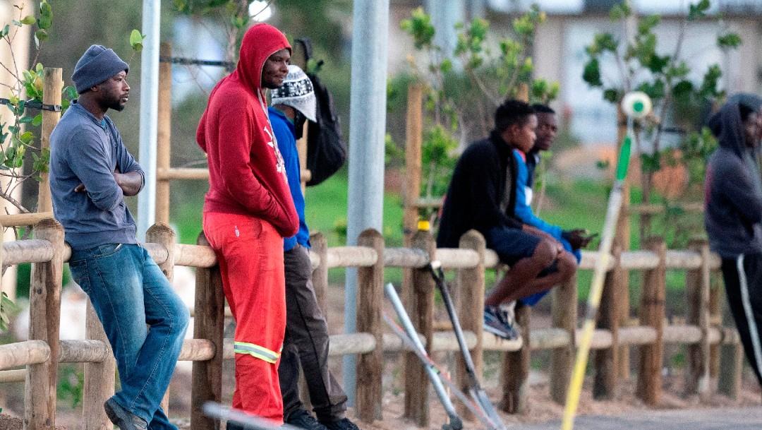 Hombre formados en espera de trabajo en Sudáfrica; advierten sobre crisis alimentaria en África por COVID