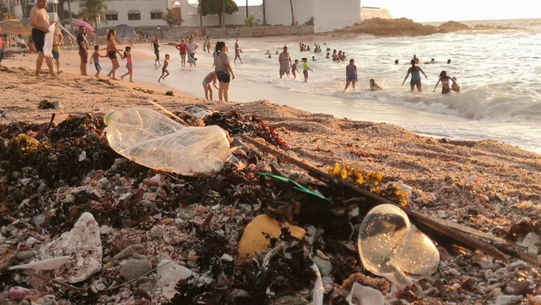 Basura dejada en playas de mazatlan por turistas y lugareños tras reapertura covid 19.