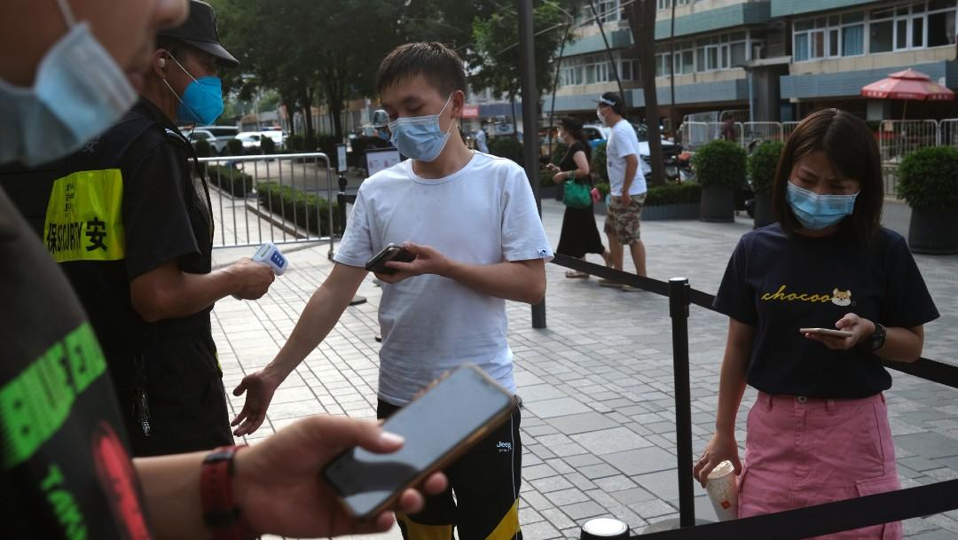 Jóvenes con cubrebocas en Beijing, China