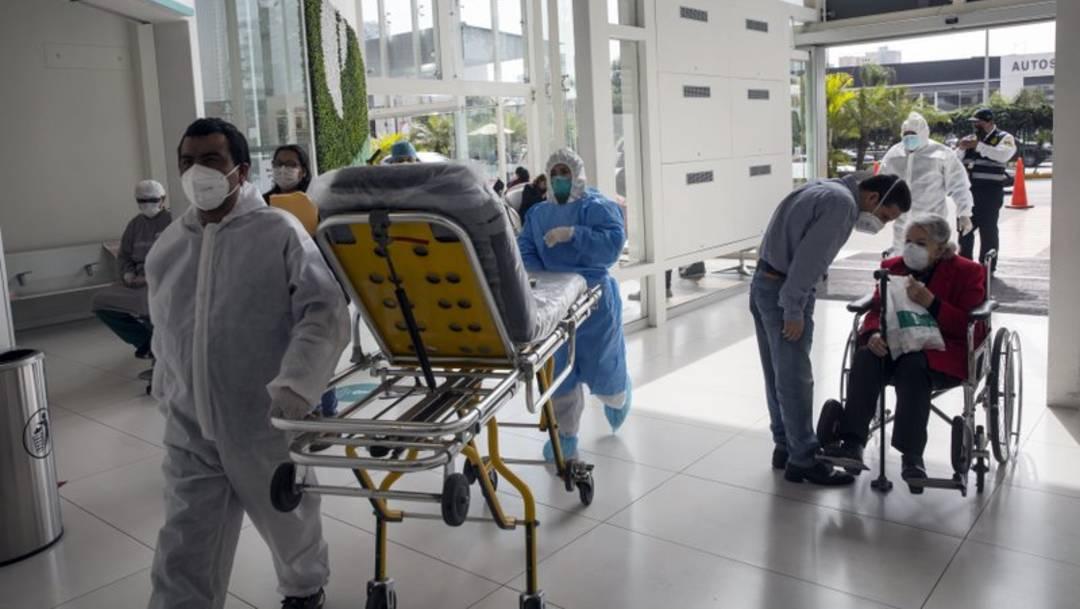 Enfermeros y pacientes utilizan un acceso de emergencia en un hospital en Lima, Perú