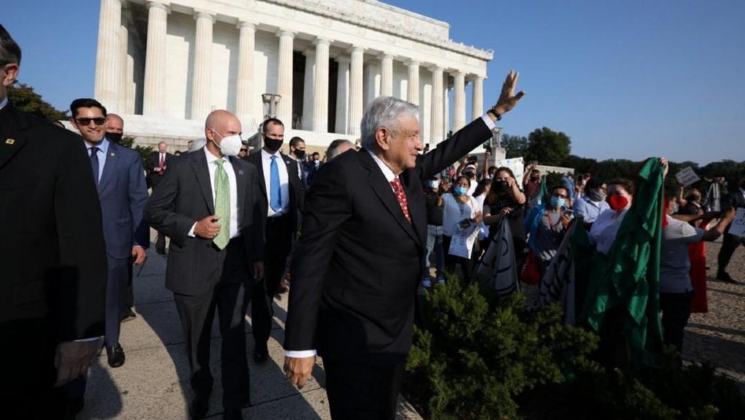 López Obrador saluda a simpatizantes en Washington