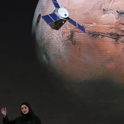 """Sarah Amiri, subdirectora de proyecto de la misión a Marte de Emiratos Árabes Unidos, habla en 2015 del proyecto Amal, o """"Esperanza"""" en árabe y que tiene previsto despegar este miércoles desde Japón"""